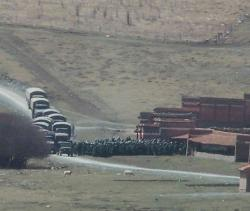 Ost Nachrichten & Osten News | Ost Nachrichten / Osten News - Foto: Militärlastwagen überfallen ein tibetisches Kloster.