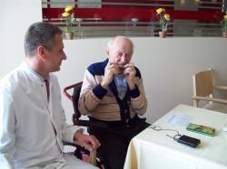 SeniorInnen News & Infos @ Senioren-Page.de | Foto: Begeisterter Zuhörer: Chefarzt Dr. Jens Trögner lauscht seinem Patienten Alex Neuhaus bei seiner konzertreifen Einlage.