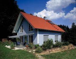 Fertighaus, Plusenergiehaus @ Hausbau-Seite.de | Foto: Am liebsten zu Hause und im Schatten - unter einem maßgeschneiderten Sonnenschutz auf der heimischen Terrasse.