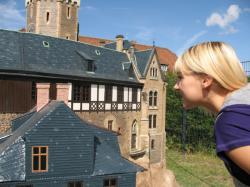 Ost Nachrichten & Osten News | Foto: Besucherin am Modell von Schloß Wernigerode.