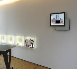Fertighaus, Plusenergiehaus @ Hausbau-Seite.de | Foto: Der Touchpanel ambiento ist im Solarhaus zentral an der Wand angebracht. Von hier aus lassen sich alle haustechnischen und energetischen Funktionen visualisieren und steuern.