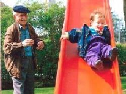 SeniorInnen News & Infos @ Senioren-Page.de | Foto: Rentner mit Enkel am Spielen dank Hilfe bei der Lebensgestaltung.