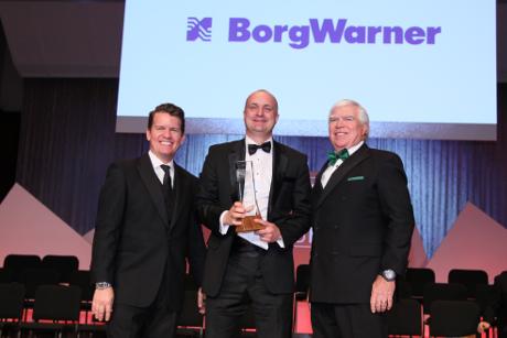 Jason Stein und J. Ferron von Automotive News verleihen Mike Ausbrooks (Mitte) von BorgWarner einen PACE Award 2019. | Freie-Pressemitteilungen.de