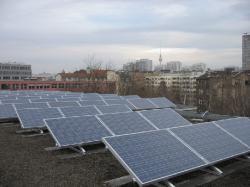 Alternative & Erneuerbare Energien News: Foto: Fotovoltaikanlage auf der Kurt-Schumacher-Grundschule in der Puttkamer Straße.