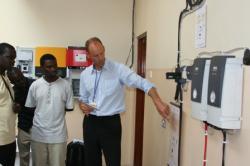 Alternative & Erneuerbare Energien News: Alternative Regenerative Erneuerbare Energien - Foto: BSW-Mitarbeiter Volker Schacht erläutert den ugandischen Workshopteilnehmern die Komponenten einer netzautarken Solarstromanlage. Copyright: BSW Solar.