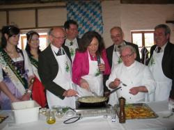 Landwirtschaft News & Agrarwirtschaft News @ Agrar-Center.de | Foto: Die Landräte und Tourismusverbandsvorsitzender Bürgermeister Thomas Reimer haben sichtlichen Spaß bei der Kochvorführung mit Schirmherrin Uschi Dämmrich von Luttitz..