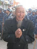 Asien News & Asien Infos & Asien Tipps @ Asien-123.de | Foto: Älterer Tibeter fleht nepalesische Polizei um Gnade an (Archivbild).