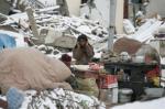 Ost Nachrichten & Osten News | Foto: Tibeter in einem Trümmerfeld nach dem Erdbeben.