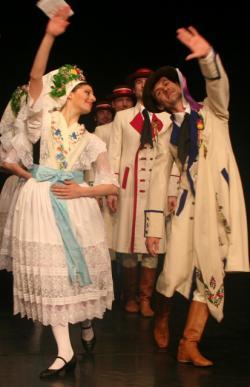 Ost Nachrichten & Osten News | Foto: 80 Sänger, Tänzer und Musiker des Sorbischen National-Ensembles sind in der Bautzener Tracht der Evangelischen Hochzeit, der katholischen Oberlausitzer Tracht, der Blunoer und der Niedersorbischen Hochzeitstracht mit temperamentvollen Tänzen und traditionellen Liedern zu erleben.