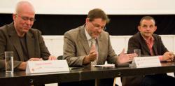 Ost Nachrichten & Osten News | Foto: v. l. n. r: Hans Rotman, Intendant Festival impuls; Prof. Dr. Jan-Hendrik Olbertz, Kultusminister Sachsen-Anhalt, Dominique Horwitz, Schauspieler und Pate, Backstage-Projekt. Foto: Gabriele Bärtels..