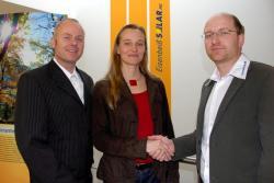 Alternative & Erneuerbare Energien News: Foto: Vorstand Dipl.-Ing (FH) Michael Rieder (re) und Vertriebsmitarbeiter Stefan Patte (li) heißen Cornelia Heindl im Team der Eisenbeiß Solar AG willkommen.