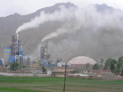 Ost Nachrichten & Osten News | Foto: Ungefiltert entweichen Rauch und Giftgase aus diesem Zementwerk.