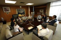 Ost Nachrichten & Osten News | Ost Nachrichten / Osten News - Foto: Besuch des Bürgermeisters von Omura City durch World Campus - Japan Teilnehmer.