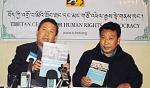 Ost Nachrichten & Osten News | Foto: Präsentation des Jahresberichts 2011 durch den Direktor des TCHRD Urgen Tenzin und seinen Stellvertreter Jampa Monlam.