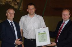 Alternative & Erneuerbare Energien News: Foto: Erstes REDcert-Zertifikat: v.l. Dr. Eric Werner-Korall (DQS), Bernd Kleeschulte (GF Kleeschulte GmbH & Co. KG), Peter Jürgens (GF REDcert GmbH).