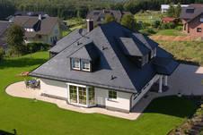 Fertighaus, Plusenergiehaus @ Hausbau-Seite.de | Hausbau & Einfamilienhaus - Foto: Ein Dach aus Schiefer: exklusiv und repräsentativ in Farbe und Form.
