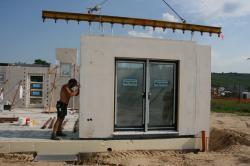 Fertighaus, Plusenergiehaus @ Hausbau-Seite.de | Hausbau & Einfamilienhaus - Foto: Im massiven Wandsystem von öko-domo sind bereits Energiesparfenster und -türen und die Sanitärvorinstallationen sowie die komplette Außen- und Innendämmung enthalten..
