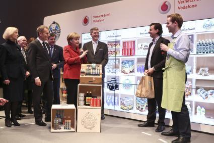 Duesseldorf-Info.de - Düsseldorf Infos & Düsseldorf Tipps | Von links nach rechts: Polnischer Ministerpräsident Donald Tusk, Bundeskanzlerin Dr. Angela Merkel, Vodafone Deutschland Chef Jens Schulte-Bockum