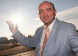 Alternative & Erneuerbare Energien News: Foto: Fred Kehler, GF der B5 Solar der Havelland- Wind GmbH schätzt die Kraft der Sonne und ist von deren vielfältigen Nutzungsmöglichkeiten begeistert. Foto: Daniel Gammert.