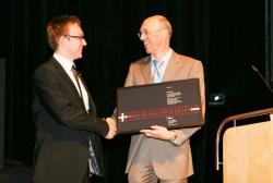 Alternative & Erneuerbare Energien News: Foto: Andreas Fischer nimmt den Energiepreis 2010 von Helmut Hertle, Geschäftsführer TWS Netz GmbH, entgegen.