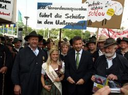 Landwirtschaft News & Agrarwirtschaft News @ Agrar-Center.de | Foto: Der baden-württembergische Landwirtschaftsminister Peter Hauk spricht mit Vertretern der Schafhalter (Foto: Proplanta).