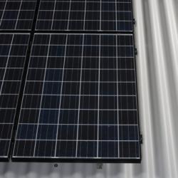 Alternative & Erneuerbare Energien News: Foto: Dachsanierung von der Sonne geschenkt: Dächer von großen landwirtschaftlichen Gebäuden lassen sich mit Hilfe des Photovoltaiksystems Solesia für Wellplattendächer von Eternit krisensicher finanzieren.