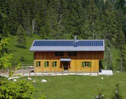 Alternative & Erneuerbare Energien News: Foto: Solarstrom ist umweltfreundlich und dank Förderungen können Hauseigentümer mit einer Photovoltaikanlage auch Geld verdienen. Foto: Rheinzink.
