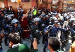 Ost Nachrichten & Osten News | Foto: Nepalesische Polizei prügelt auf Tibeter ein.