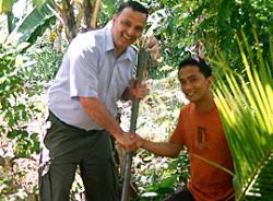 Landwirtschaft News & Agrarwirtschaft News @ Agrar-Center.de | Foto: Manfred Görg pflanzt den ersten Kokosnussbaum.