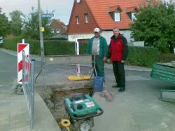 Ost Nachrichten & Osten News | Foto:Prof. Dr. Ulrich Fischer-Hirchert (r.) erkundigt sich nach dem Baufortschritt der Glasfaserverlegung bei Bauleiter Michael Menzel .