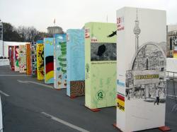 Ost Nachrichten & Osten News | Ost Nachrichten / Osten News - Foto: Der zu versteigernde Engelgärten-Dominostein (ganz vorne rechts) des Künstlers Dyne am 9. November 2009 am Brandenburger Tor.
