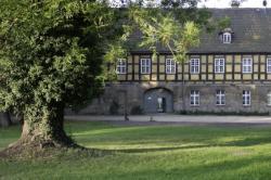 Ost Nachrichten & Osten News | Ost Nachrichten / Osten News - Foto: Der Marstall im Lübbenauer Schlosspark 2004 (Herausgeber: Hotel Schloss Lübbenau).