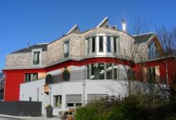 Fertighaus, Plusenergiehaus @ Hausbau-Seite.de | Foto: Die TiSUN Solaranlage spart in einem Drei-Familienhaus in Tirol jährlich 30 % Heizkosten ein!