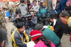 Ost Nachrichten & Osten News | Foto: Staatliche Medien interviewen Schüler in Yushu, deren Kameraden bei dem Erdbeben ums Leben kamen.