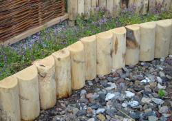 Einkauf-Shopping.de - Shopping Infos & Shopping Tipps | Rollrasen & Garten - Foto: Beetumrandung aus unbehandeltem Holz der Edelkastanie kurz nach dem Einbau.