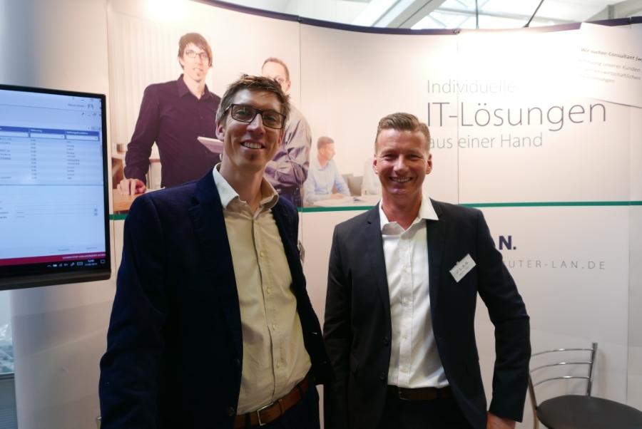 Freie Pressemitteilungen | Patrick Jordan (links) und Stephan Götz (rechts) beraten bei der fibit Interessierte zu kaufmänni-scher Software für Mittelständler