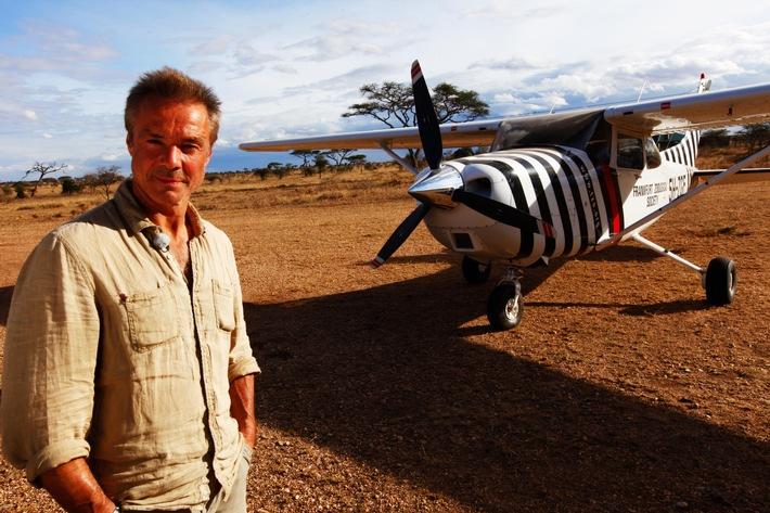 Afrika News & Afrika Infos & Afrika Tipps @ Afrika-123.de | Foto: Hannes Jaenicke steht vor dem berühmten geflügelten Zebra, so nannte der Zoologe Dr. Bernhard Grzimek liebevoll das Flugzeug.