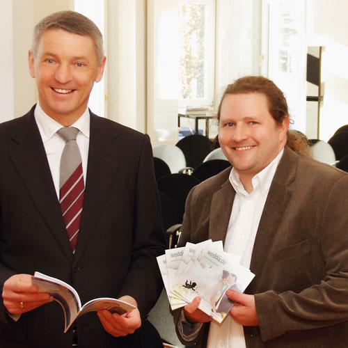 Bayern-24/7.de - Bayern Infos & Bayern Tipps | Regionaler Hochzeitsplaner bei der Übergabe an den Bürgermeister