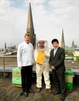 Landwirtschaft News & Agrarwirtschaft News @ Agrar-Center.de | Foto v.l.: Andreas Bärenklau (Küchendirektor), Michael Bauer (Imker), Tashi Takang (Hoteldirektor).