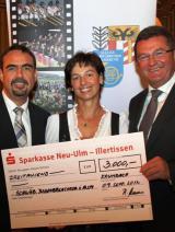 Bayern-24/7.de - Bayern Infos & Bayern Tipps | Foto: Ulrike Müller, MdL, übergibt Spendenscheck in Höhe von 3000.- EURO.