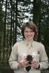 Tier Infos & Tier News @ Tier-News-247.de | Foto: Tierpflegerin Petra Poppe präsentiert stolz den Nachwuchs im Wildpark Willingen.