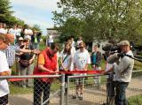 Zoo-News-247.de - Zoo Infos & Zoo Tipps | Foto: Tierpflegerin Agnes Reichhart darf im Tor zum Tiergehege das rote Band durchschneiden.