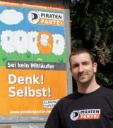 Schleswig-Holstein-Info.Net - Schleswig-Holstein Infos & Schleswig-Holstein Tipps | André Hoffmann, Landtagskandidat der Piraten Hessen vor dem ersten Wahlkampfplakat in Biebesheim