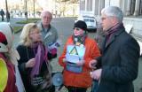 Landwirtschaft News & Agrarwirtschaft News @ Agrar-Center.de | Staatssekretär a. D. Ripke (rechts) im Gespräch mit Tierschützern am 30.11.2012 in Hannover. © AGfaN