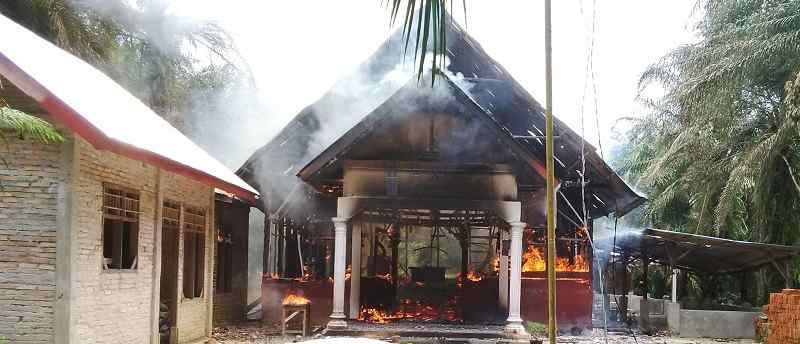 Deutsche-Politik-News.de | Brennende Kirche in Aceh Singkil, Indonesien, Oktober 2015.