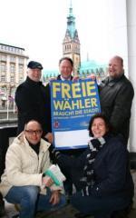 Schleswig-Holstein-Info.Net - Schleswig-Holstein Infos & Schleswig-Holstein Tipps | FREE WÄHLER Hamburg präsentieren vorm Rathaus Plakatmotiv.