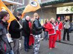 Duesseldorf-Info.de - Düsseldorf Infos & Düsseldorf Tipps | Piraten in Weihnachtsmannverkleidung vor dem Hauptbahnhof in Düsseldorf