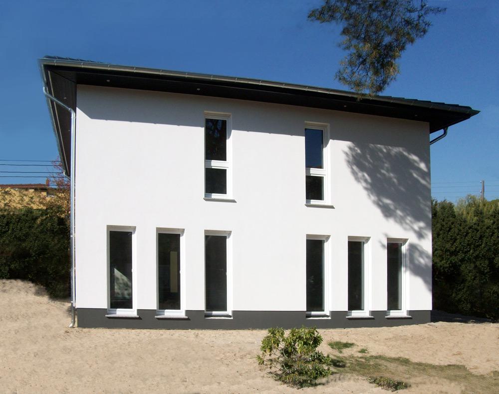 Deutsche-Politik-News.de | Eine Stadtvilla Lugana öffnet am kommenden Wochenende in 12526 Berlin-Bohnsdorf die Türen für Besucher. Foto: Roth-Massivhaus
