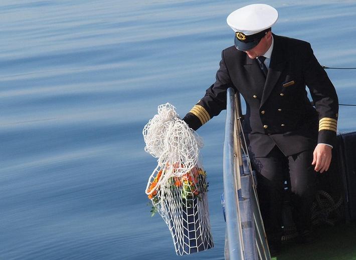 Foto: Seebeisetzung in der Ostsee ab Travemünde mit der Farewell II, Seebestattungs-Reederei-Hamburg GmbH